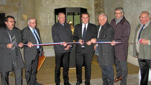 Arnaud charpentier inaugure la vitrine des reliques de Saint Valentin à Saint Pierre le vieux